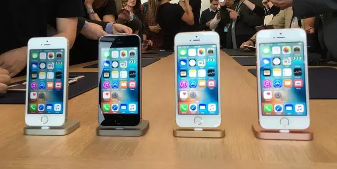 Lumia 950 vs iPhone SE - Software